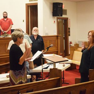 Cynthia Haggitt/Jersey County Journal Kari Jo Alexander was sworn in by Jeresy County Clerk Pam Woodford, as the new Jersey County coroner. Alexander is to fill the office that her father held for 29 years after his passing.